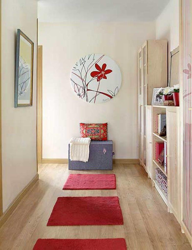 petit-couloir-design-avec-mur-art-et-accents-rouges-785x1024