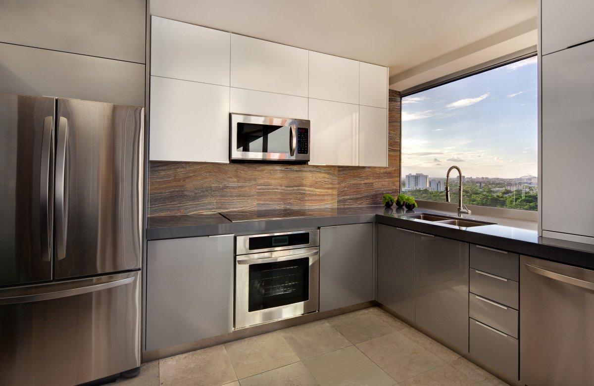 superb-køkken-design-ideer-til-lejligheder-flot-lille-lejlighed-køkken-design-viser-grå-højglans-lejlighed-køkken-kabinetter