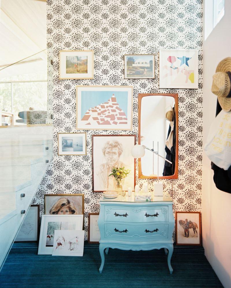 papier peint et illustrations dans une entrée moderne