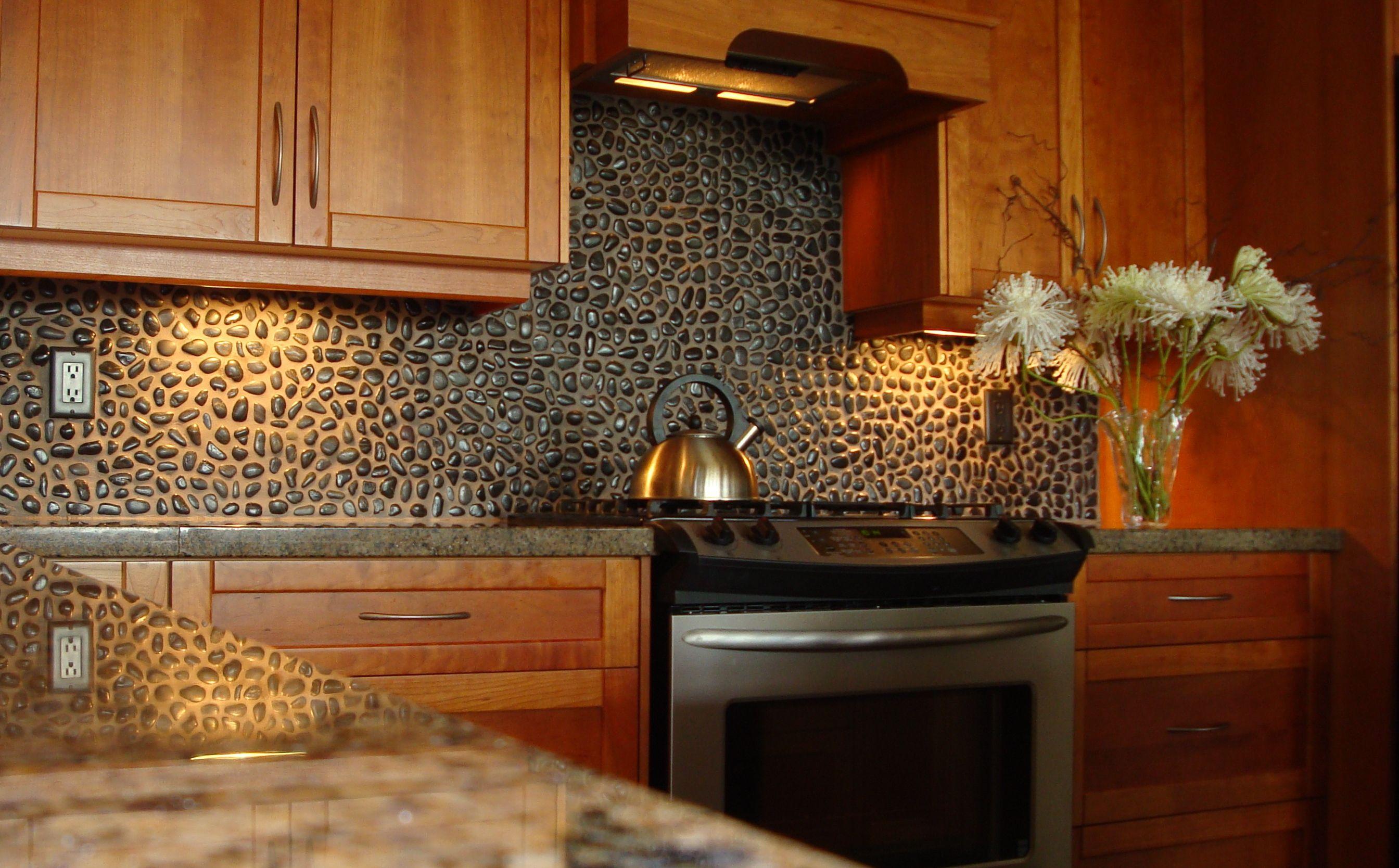 vidunderlige-køkken-backsplash-designs-made-for-små-sten-kombinere-med-sort-granit-bordplade