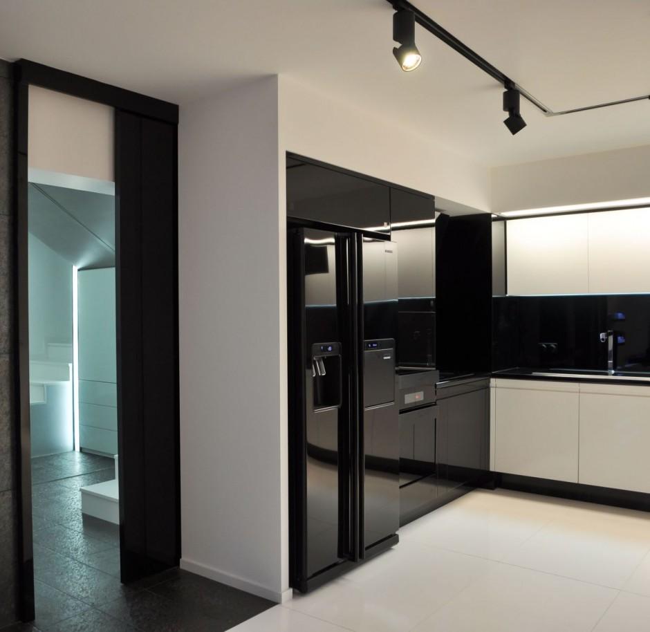 et-køkken-med-hvid-gulv-er-også-en-storage-skab-sort-køkkengrej-så-vask-the-højre-side-og-så-de-lys-over-the-køkken