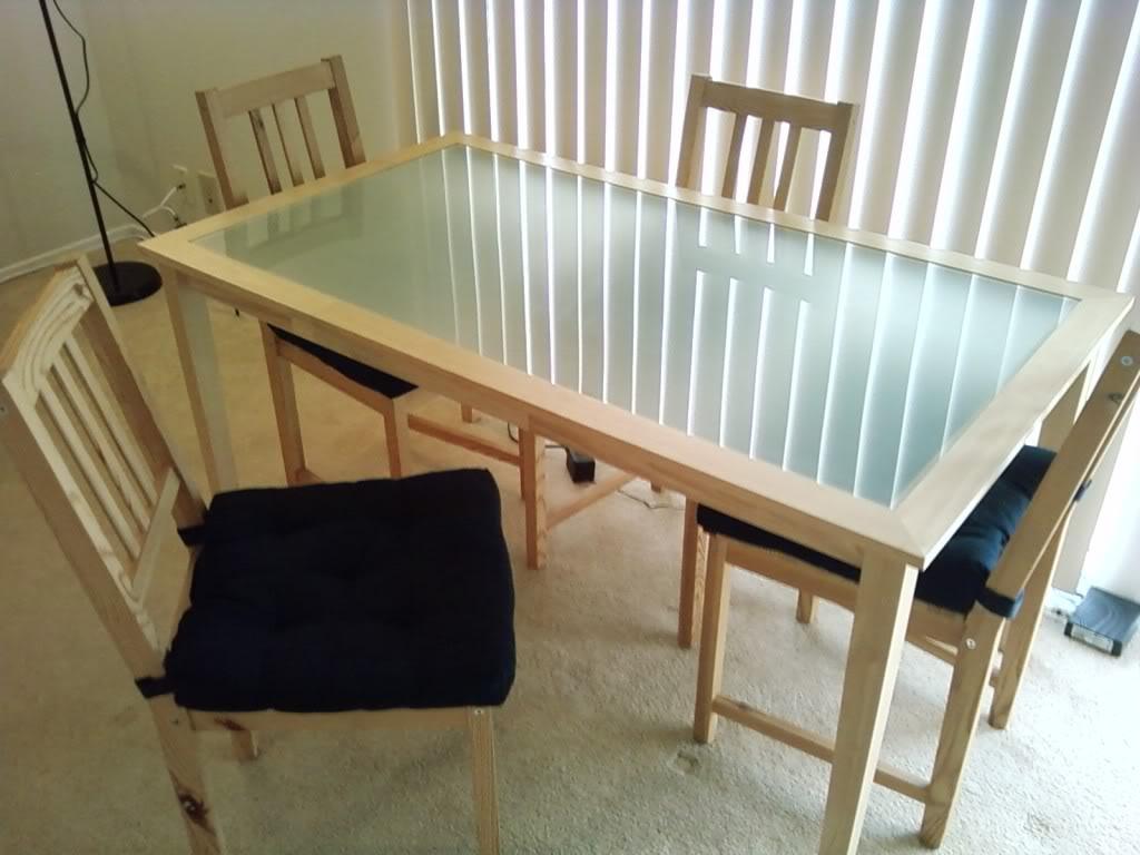 forbløffende-rektangel-matteret glas-spisebord-med-kvadrat-træ-ben-og-naturlige-brun-massivt træ-spisning-stol-hjælp-sort-stof-polstret-sæde