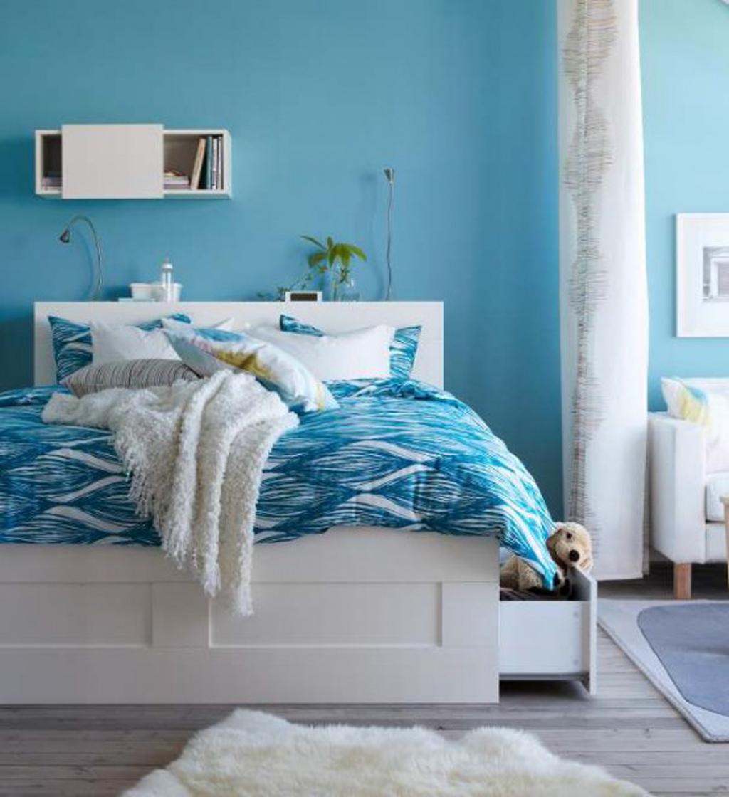 soveværelse-cool-billede-af-pige-blå-værelses-dekoration-hjælp-lys-blå-ikat-mønster-girl-sengetøj-inklusive-lys-blå-pige-værelse-væg-maling-og-hvid-træ- king-ikea-under-skuffe-sengs-rammer-inspirin
