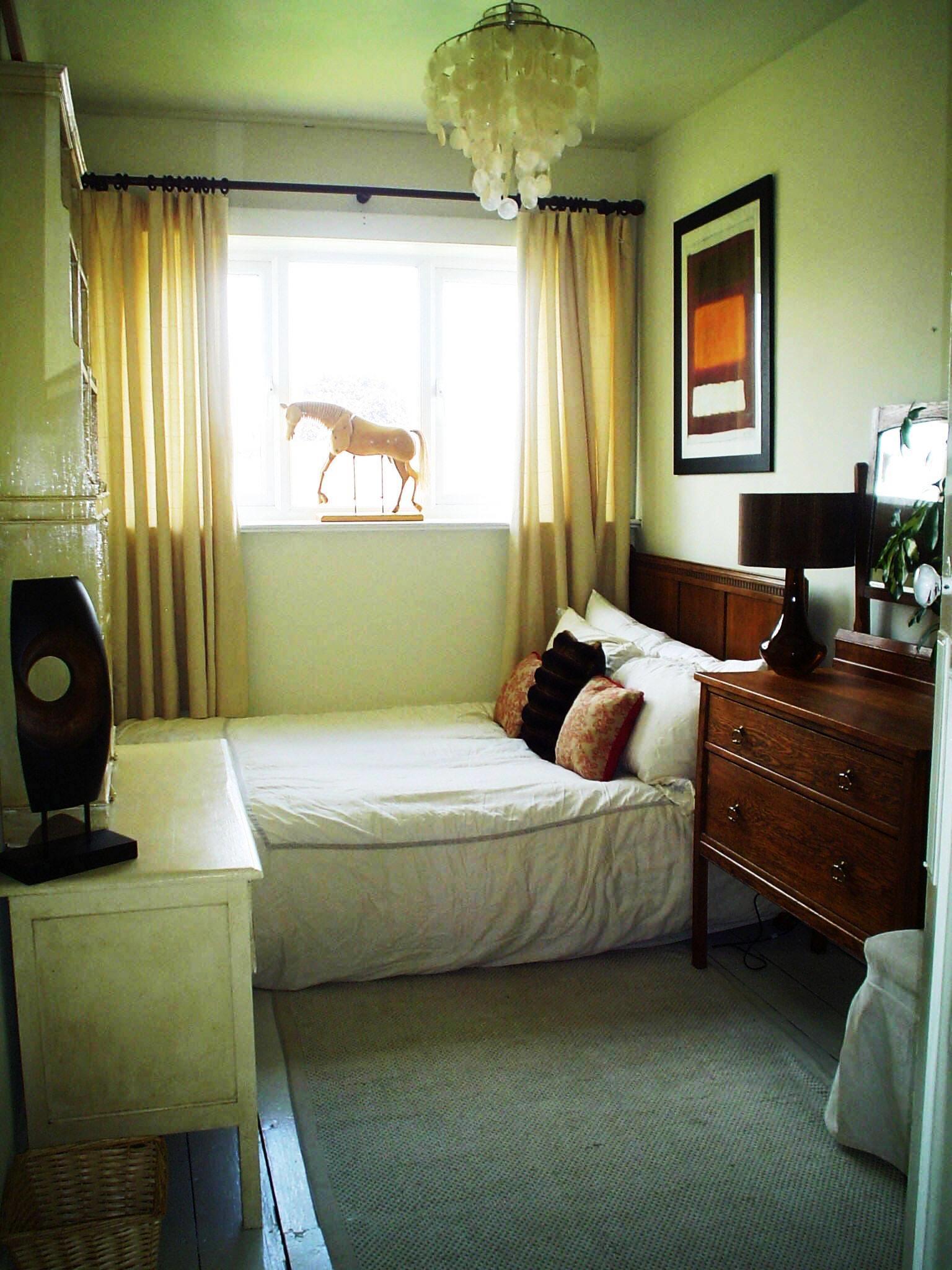 soveværelse-dejlig-lime-grøn-væg-farve-værelses-design-kombinere-med-hvid-cover-bed-and-cremet-dobbelt-side-gardiner-vindue-og-beige-træ-side-table-idé- til-bedste-bedste-maling-farver-til-små-bedro