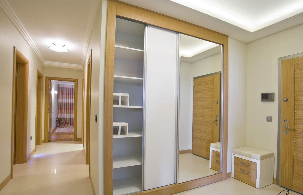 nouvelle capacité de stockage moderne d'un placard ou d'une armoire de chambre pour le stockage