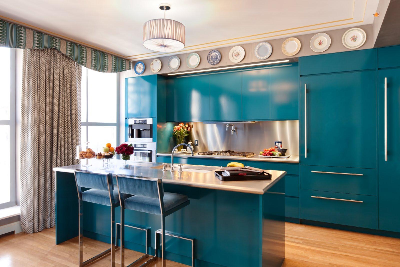 armoires-de-cuisine-bleues-plafond-plat-rideaux-cadre-simple-de-fenetre-en-bois-blanc-marmer-inox-bleu-chaise-parquet