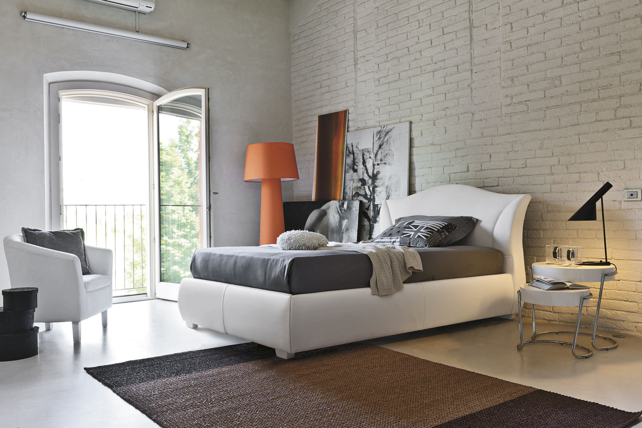 britisk stil-soveværelse-med-eksponerede-mursten-point-maddalena