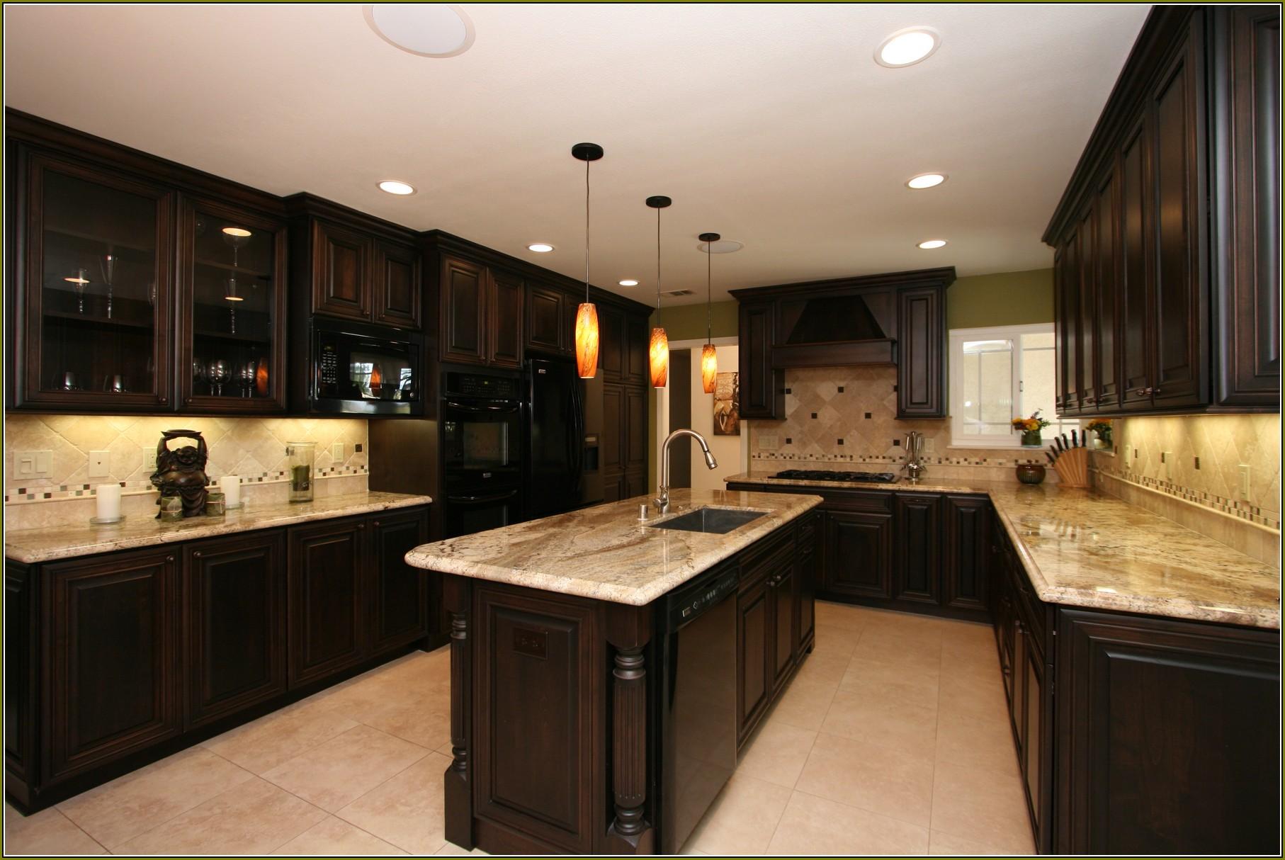 armoires de cuisine en merisier avec granit noir