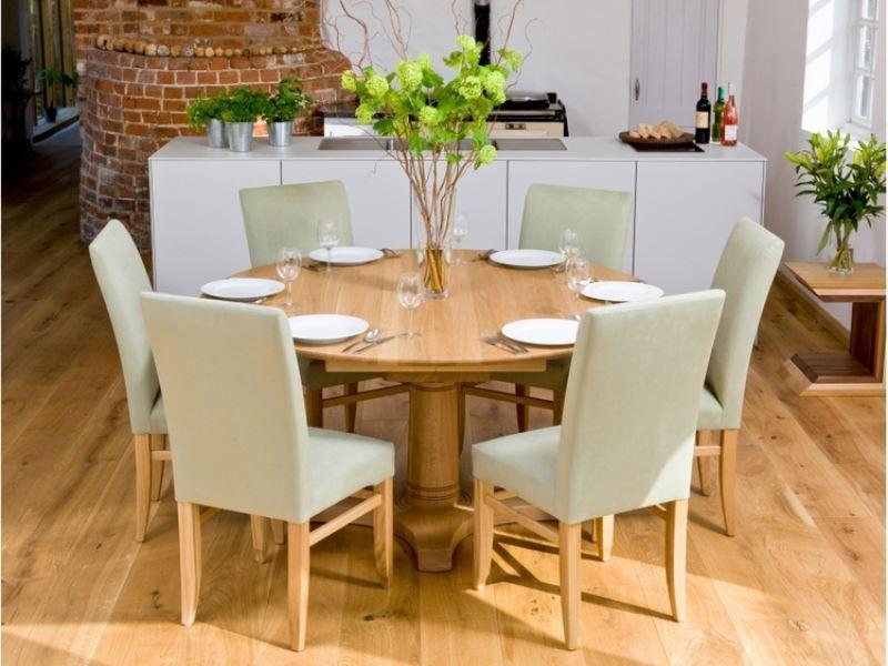ren-rund-træ-spisebord-med-beige-betrukket-stole-ikea-omkringliggende-set-i-front-of-hvid-køkken-ø-design