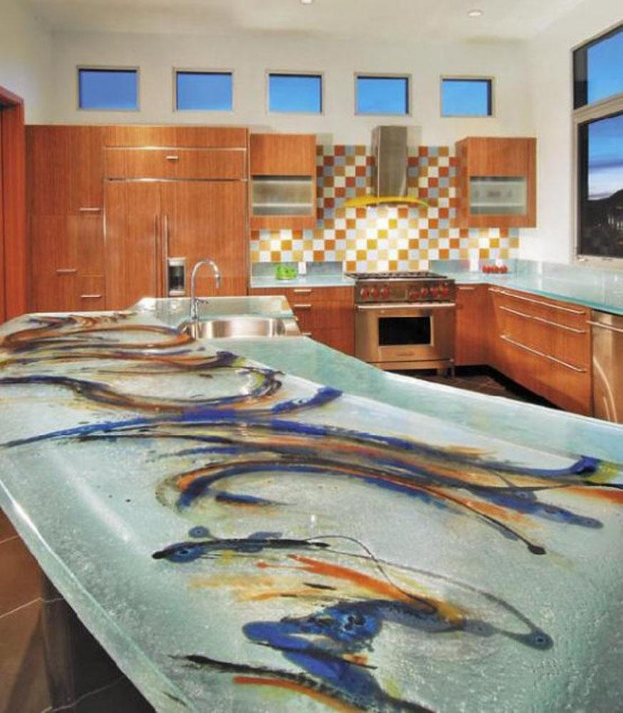 farverig-køkken-design-med-glas-toppe