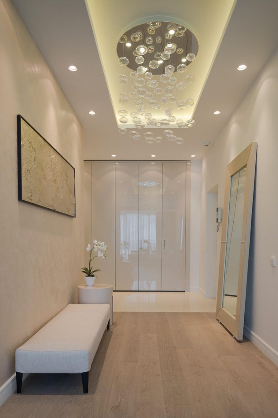 banc-long-rembourré-confortable-plus-rectangulaire-longueur-de-plancher-miroir-et-couloir-contemporain-idées-d'éclairage-et-petite-décoration-de-fleurs