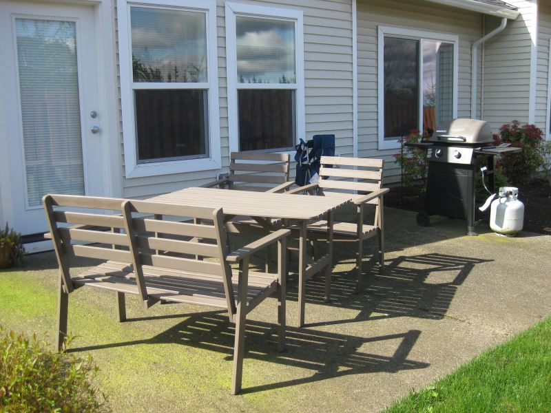 køle-grå-træ-terrasse-set-fra-ikea-udendørs-møbler-til-udvendig-house-design-med-bænke-as-dekorere-baggård-parti-havearbejde-inspirerende-ideer
