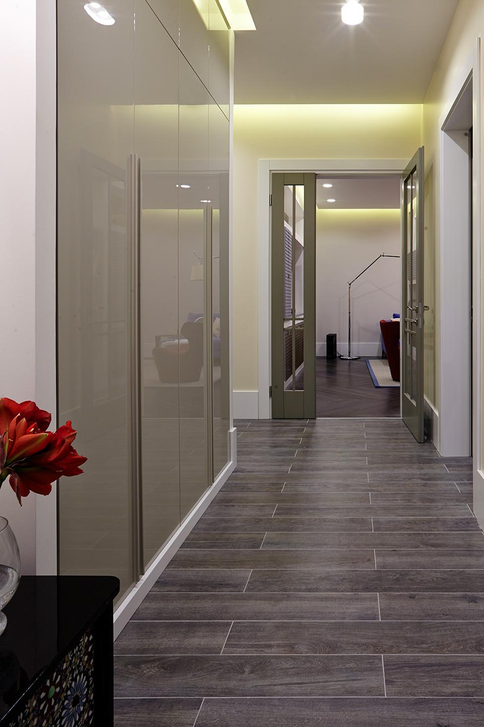 cool-hall-way-avec-armoires-en-verre-et-parquet-en-céramique-aussi-jaune-éclairage-dans-un-appartement-moderne