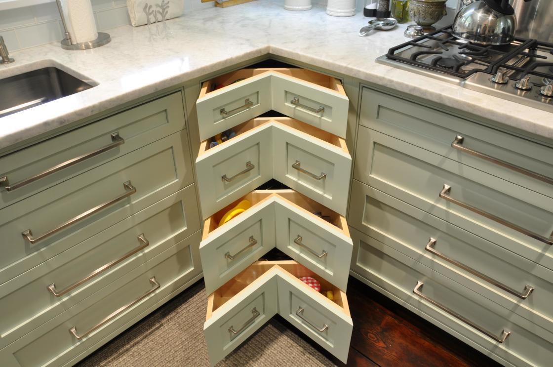 design-créatif-intérieur-de-base-coin-armoires-de-cuisine-en-bois-poli-blanc-antique-avec-coudes-uniques-tiroirs-en utilisant-longues-poignées-de-traction-en-inox-1120x743