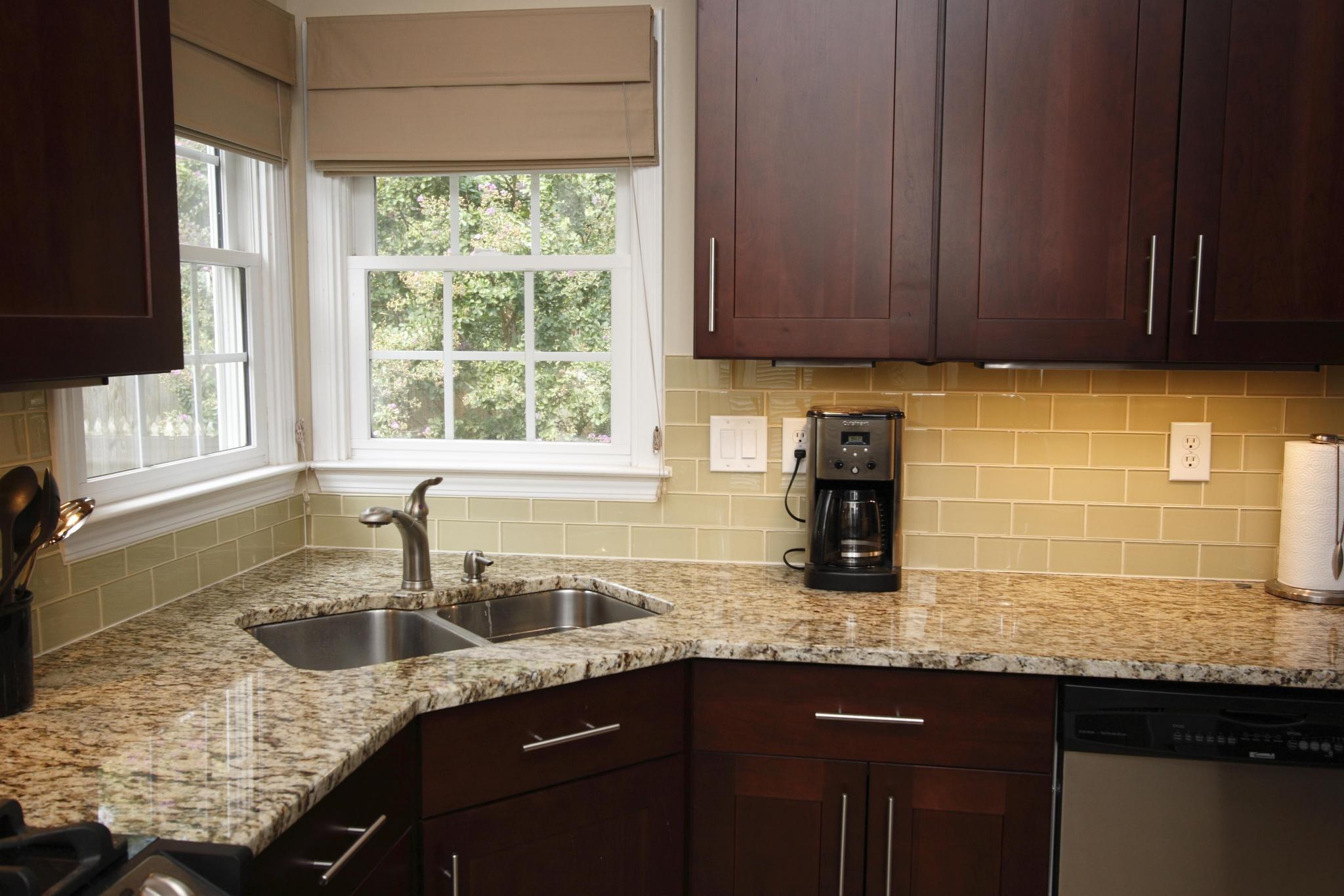décoration-cuisine-moderne-avec-coin-évier-de-cuisine-et-dosseret-unique-aussi-fenêtre-plinthe-options-comme-cuisine-fenêtre-rideau-options-design-idées-unique-cuisine-dosserets-unique