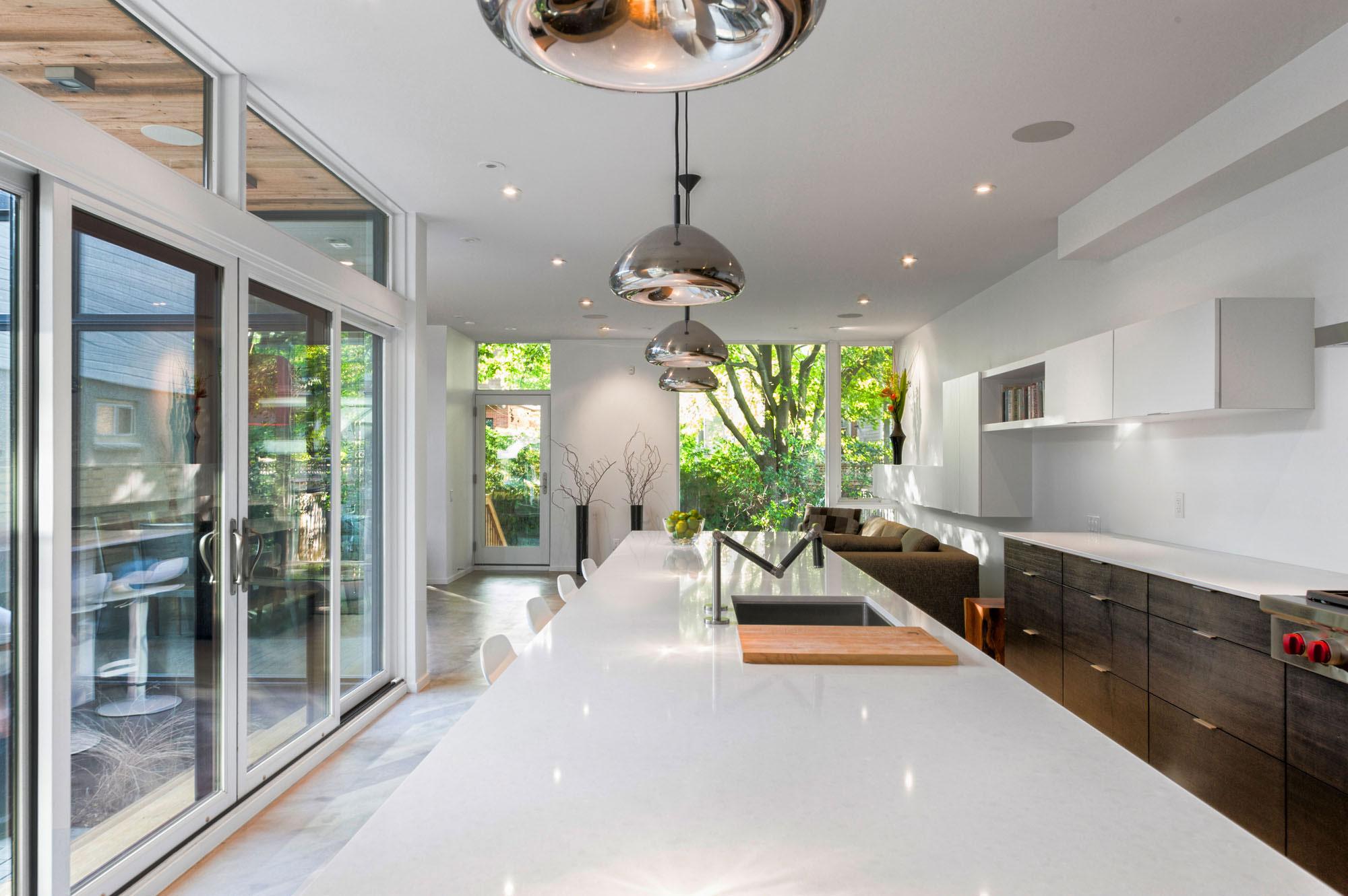 divine-maison-contemporaine-de-2-étages-au-canada-avec-extérieur-joli-design-d'intérieur-moderne-avec-table-de-cuisine-blanc-coutertop_house-façades-deux-étage-contemporain_home-decor_home-decore-decorators- r