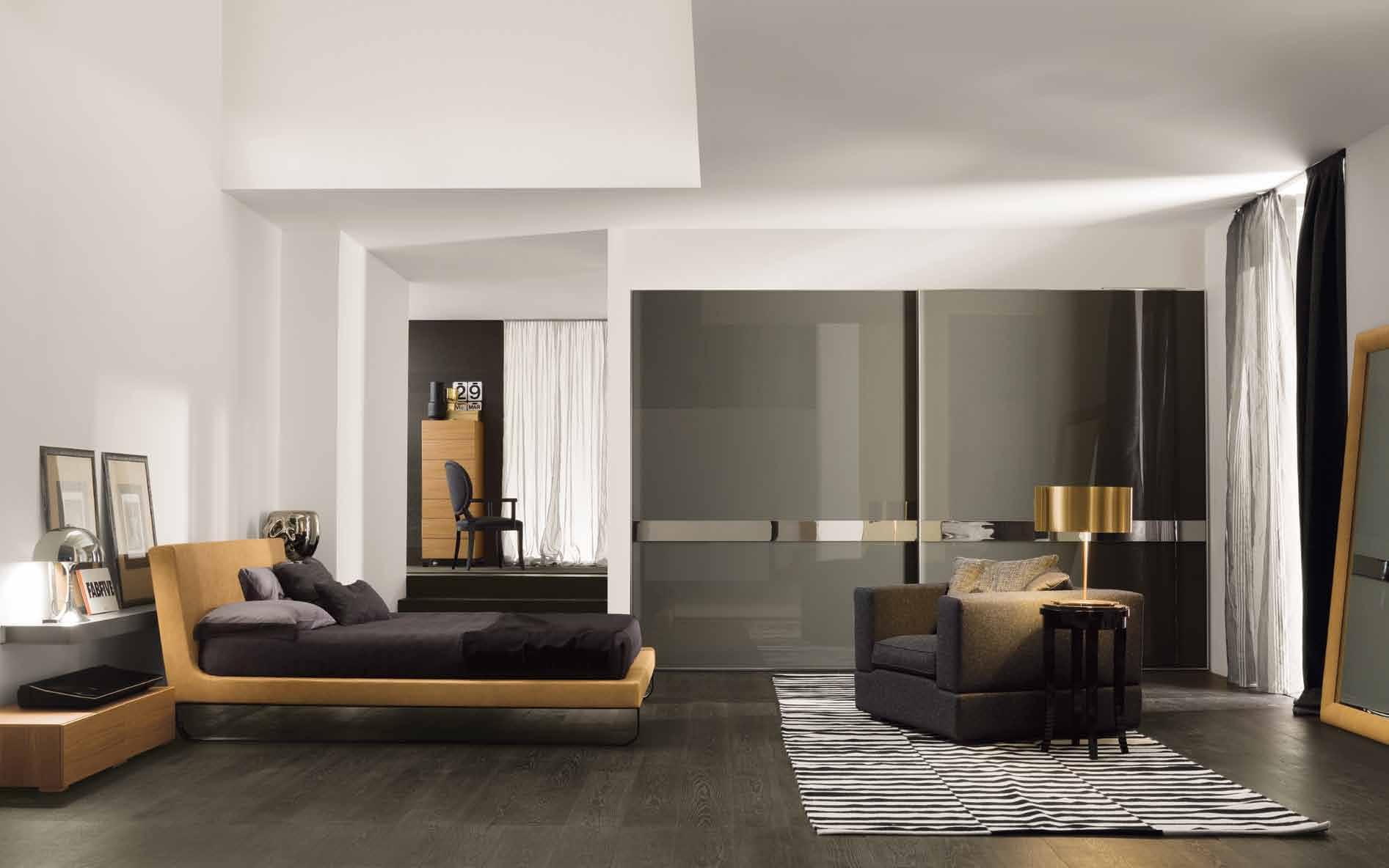 elegant-værelses-design-med-lys-brun-sofa-og-brun-kingsize-seng-og-sofa-on-tæppe-og-træ-gulve