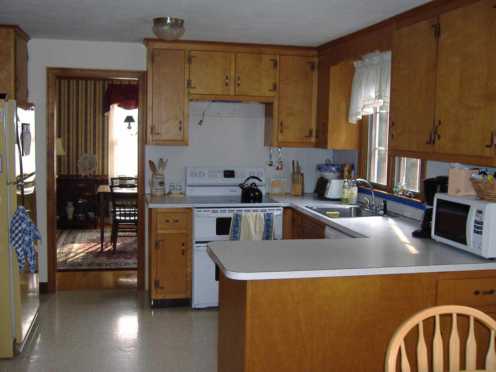 indtagende-køkken-design-for-lejlighed-med-brun-træ-floating-hylder-kabinet monteret-on-the-væg-og-hvid-træ-laminat-piedestal-on-the-køkken-table-also brun-træ-kabinet-skuffe-under-cou
