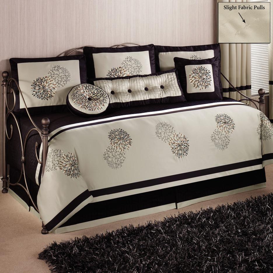 møbler-værelses-black-metal-daybed-med-ball-knopper-og-sort-hvid-sengetøj-set-kombineret-med-rektangel-sort-pels-tæppe-elegant-daybed-936x936