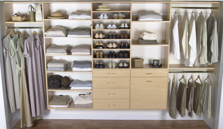 meubles-chambre-crème-en-bois-flottant-penderie-pour-petite-chambre-avec-etagères-et-tiroirs-sur-mur-peint-blanc-chambre-placards-et-penderies