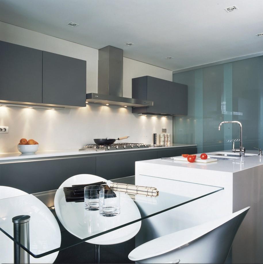 glas-køkken-borde-med-frisk-moderne-grå-kabinetter-glas-spisebord-hvide-køkken-tællere-moderne-køkken-design-915x918