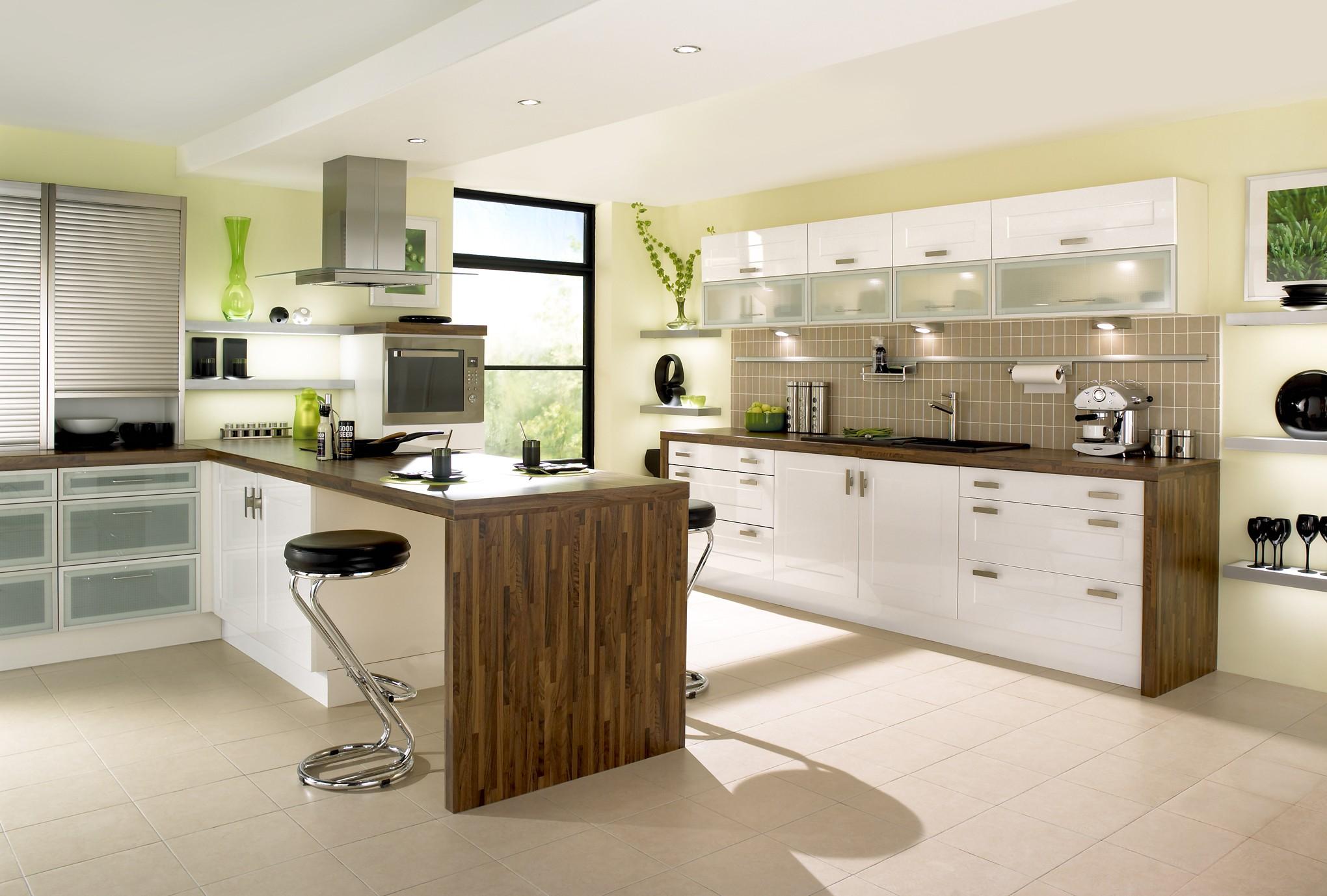 godt ud-modulære-køkken-design-ideer-med-hvid-brun-farver-køkken-frysere-og-køkken-ø-også-rustfrit stål-afføring-med-sort-læder-sæde-også-indbyggede i-ovne-og-komfur-hood-også-unde