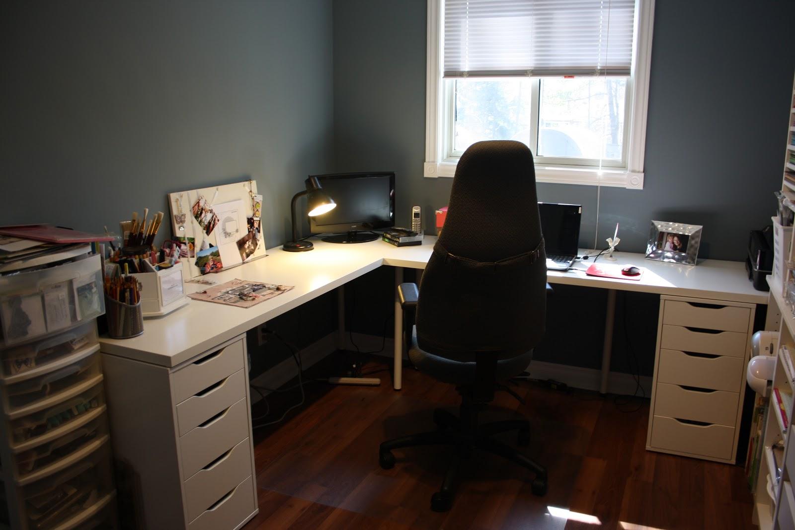 grå-lille-home-office-funktioner-ikea-L-formet-desk-med-to-file-frysere-in-hvid