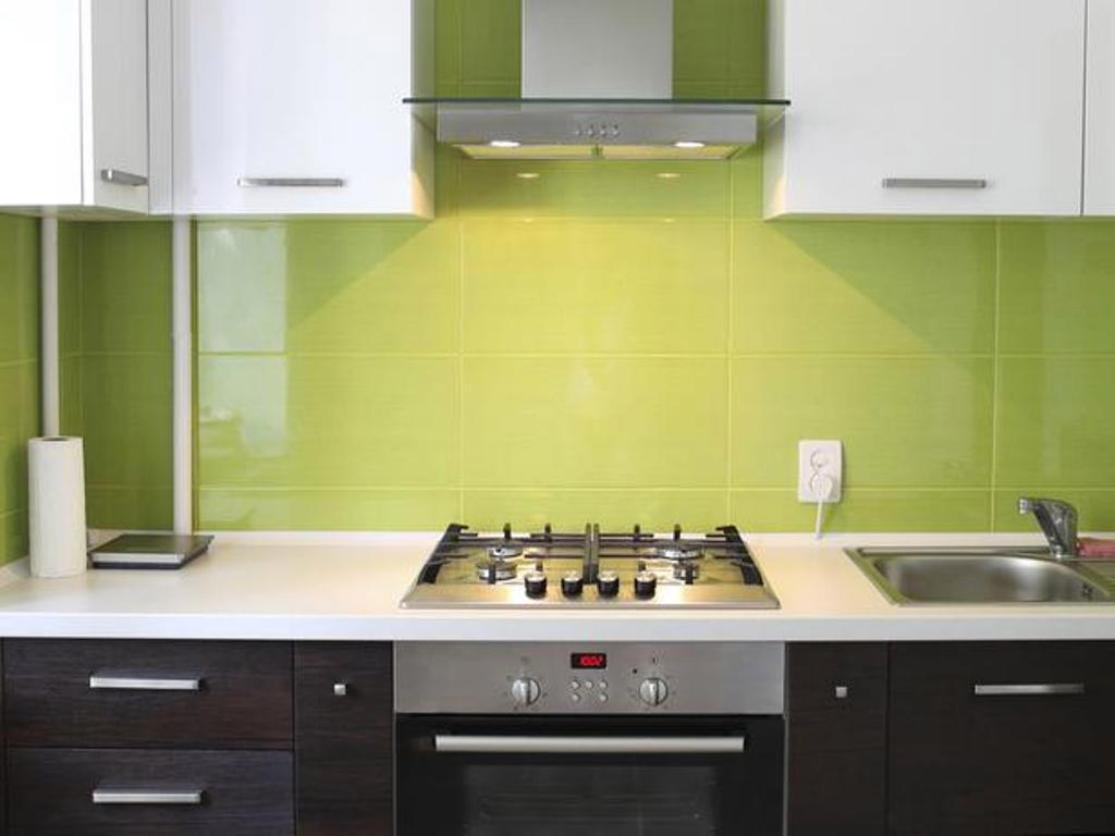 grøn-backsplash-flise-hvid-bordplade-lille-køkken-design-ideer-table-ø-remodel-sæt-makeovers-storage-stole-round-layouts-dræn-remodeling-løsninger-renoveringer-lille-tekøkken-ideer