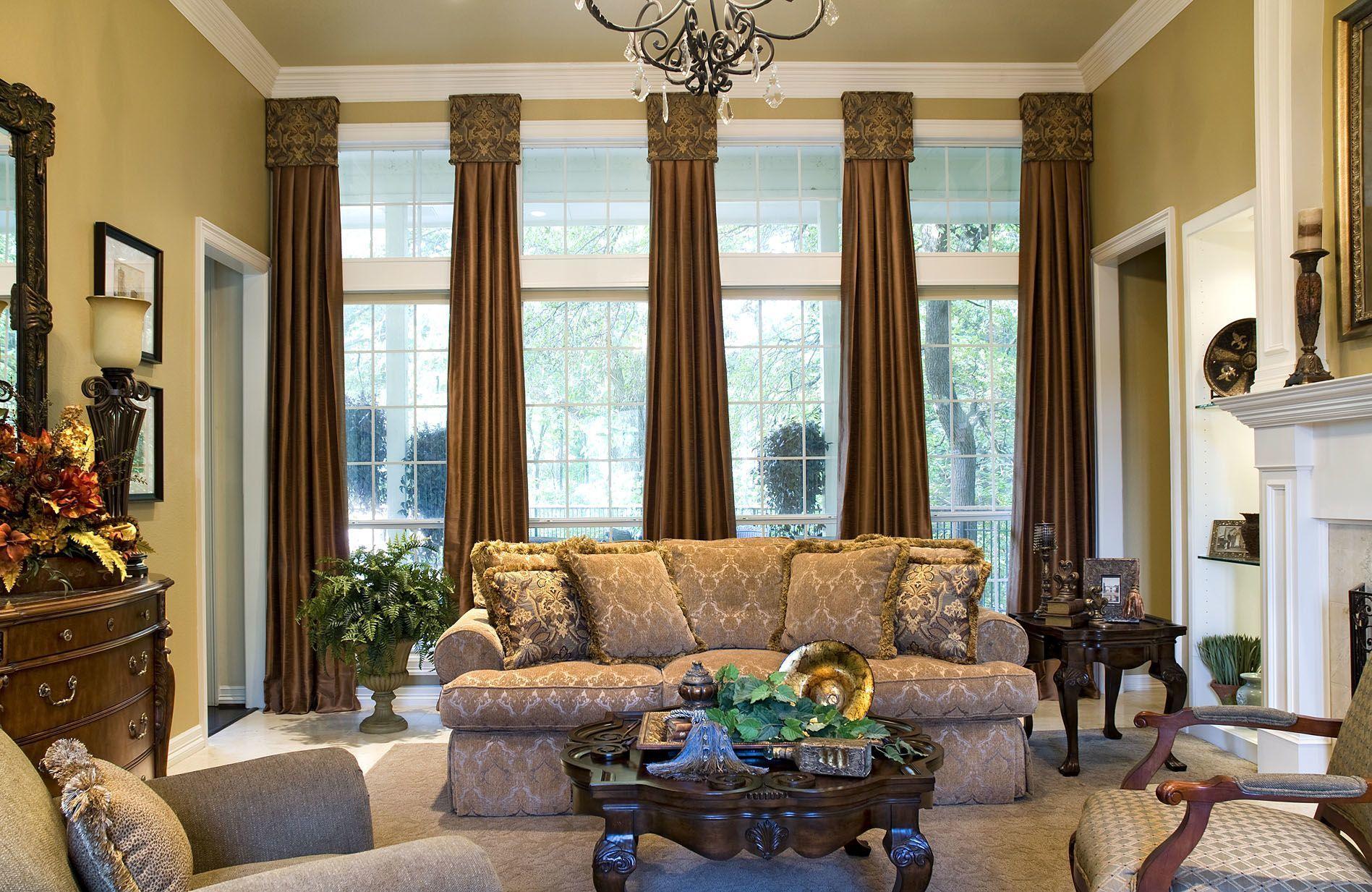 interiør-beige-malet-stue-væg-kombineret-med-brun-gardin-på-hvid-poleret stål-frame-glas-vindue-gardin-ideer-til-store-vinduer