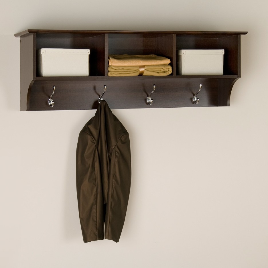 interiør-brun-træ-vægmonteret-hylder-med-sølv-møbler-bøjle-til-tøj-hook-rustic-coat kroge-vægmonteret-936x936