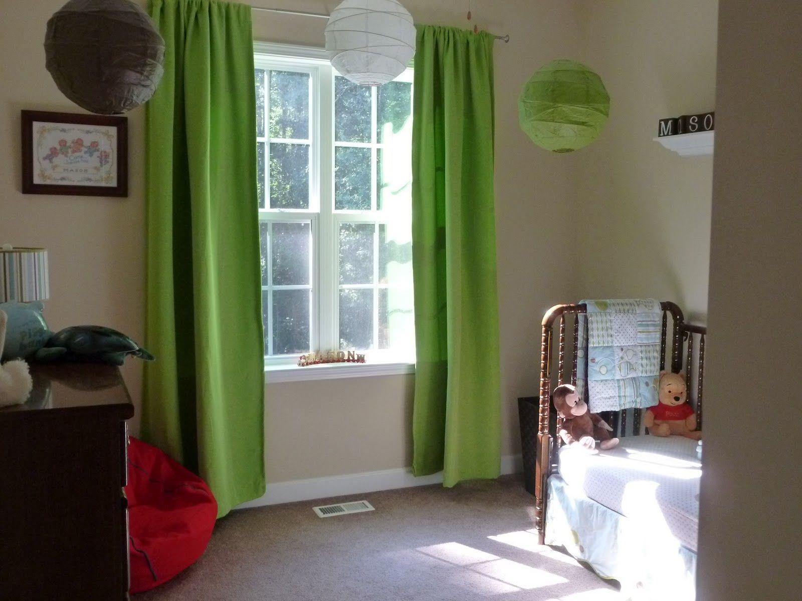 interiør-grøn-stof-vindue-gardiner-on-the-hook-and-farverige-lanterne-on-the-loft-forbundet-med-creme-væg-glædeligt-look-of-mester-værelses-vindue-treatments- forskønne-din-værelses