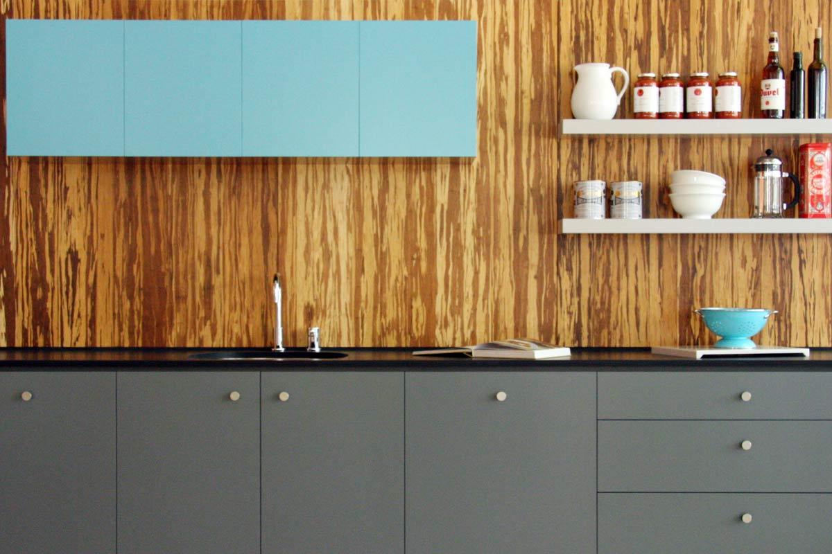interiør-køkken-inventar-overkommelig-hjemme-interiør-små-køkken-design-ideer-udstyret-moderne-grå-maleri-køkkener-kabinet-granit-bordplader-og-interessante-hvid-træ-flydende-hylder-moderne