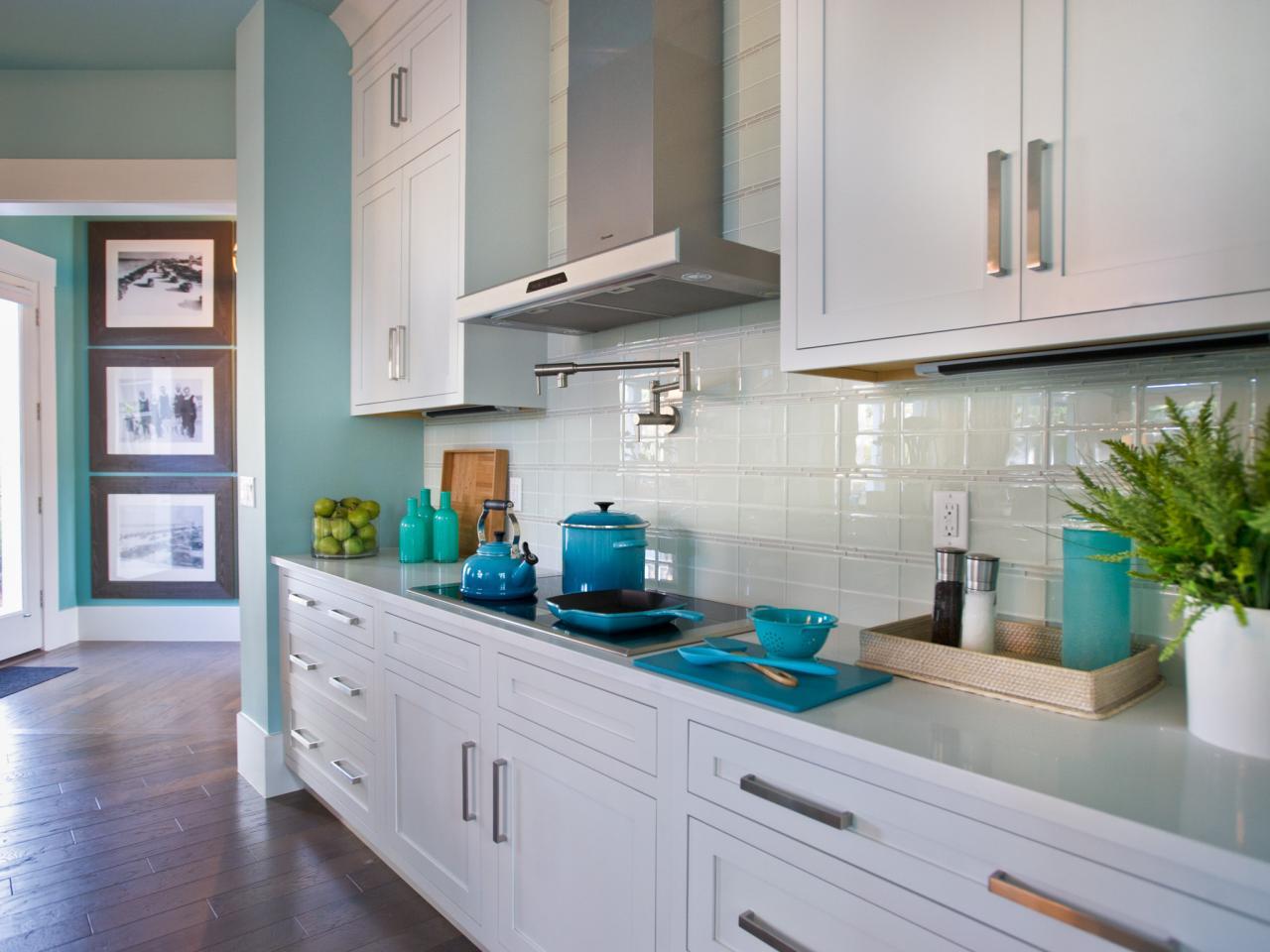 køkken-backsplash-glas-tile_4x3-jpg-rend-hgtvcom-1280-960