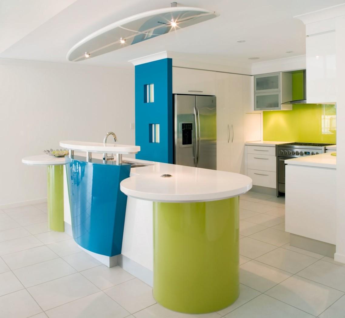 køkken-klassiske-design-ideer-of-modulært-lille-køkken-med-parallel-form-og-hvid-blå-farver-køkken-ø-også-hvid-farve-træ-køkken-skab