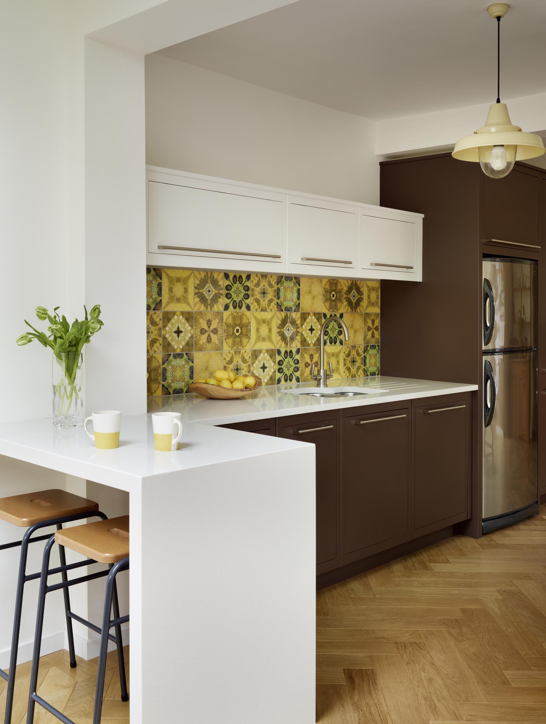 køkken-inspiration-charmerende-hvid-træ-L-formet-små-køkken-design-ideer-med-mørke-brune-kabinetter-poleret-i-åben-køkken-design-chic-lille-køkken-design-idé- møbler-layout-og-arrangeme