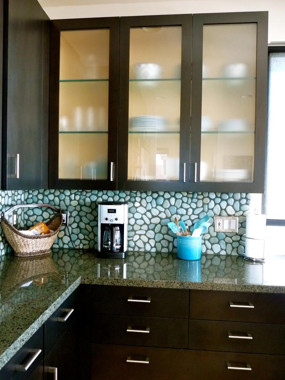 l-formede-mørke-brun-træ-kabinet-døre-med-matteret glas-panel-kombineret-med-sten-backsplash-med-skabslignende dør-glas-udskiftning-og-matteret glas-skabslignende døre- houston