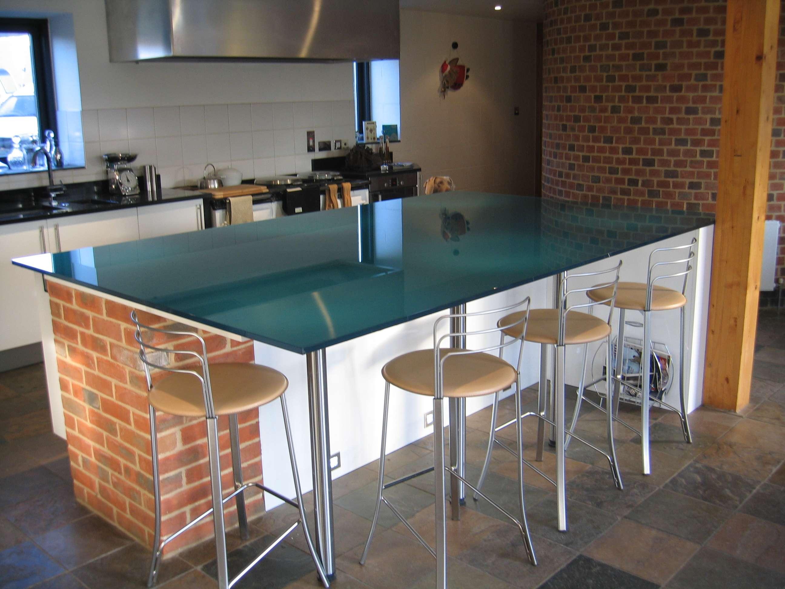 metallic-blå-glas-køkken-bordplade-and-breakfast-bar