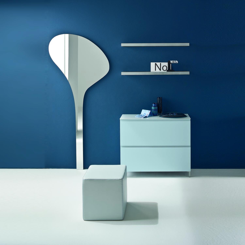 couloir-moderne-contemporain-meubles-avec-chaussures-rangement-cintre-et-miroir-en-bleu-acheter-chez-mon-salon-italien