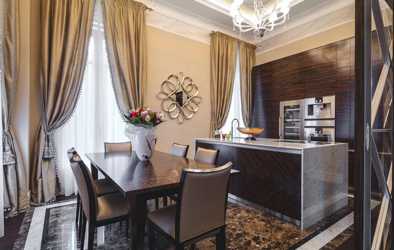 moderne-maison-design-marbell-parquet-noyer-bois-table-à-manger-rideau-lustre-encastré-lampe-de-plafond-armoires-de-cuisine-îlot-de-cuisine2