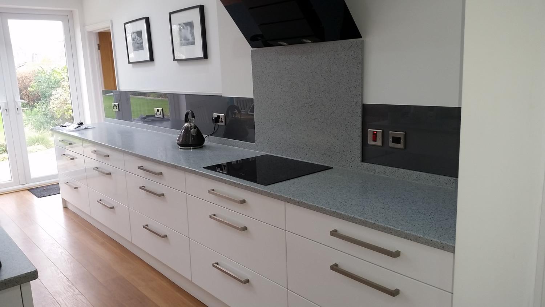 moderne køkken-grå-bagkant