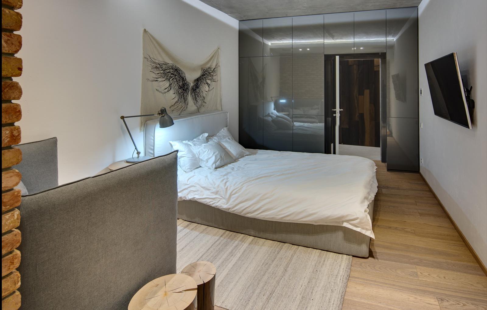 nebolshaya-svetlaya-spalnya-18-metrov-v-stile-loft