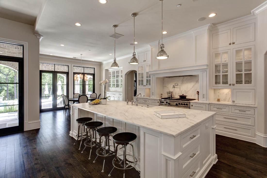 flot-open-koncept-køkken-stue-værelse-designs-hvid-åben-koncept-køkken