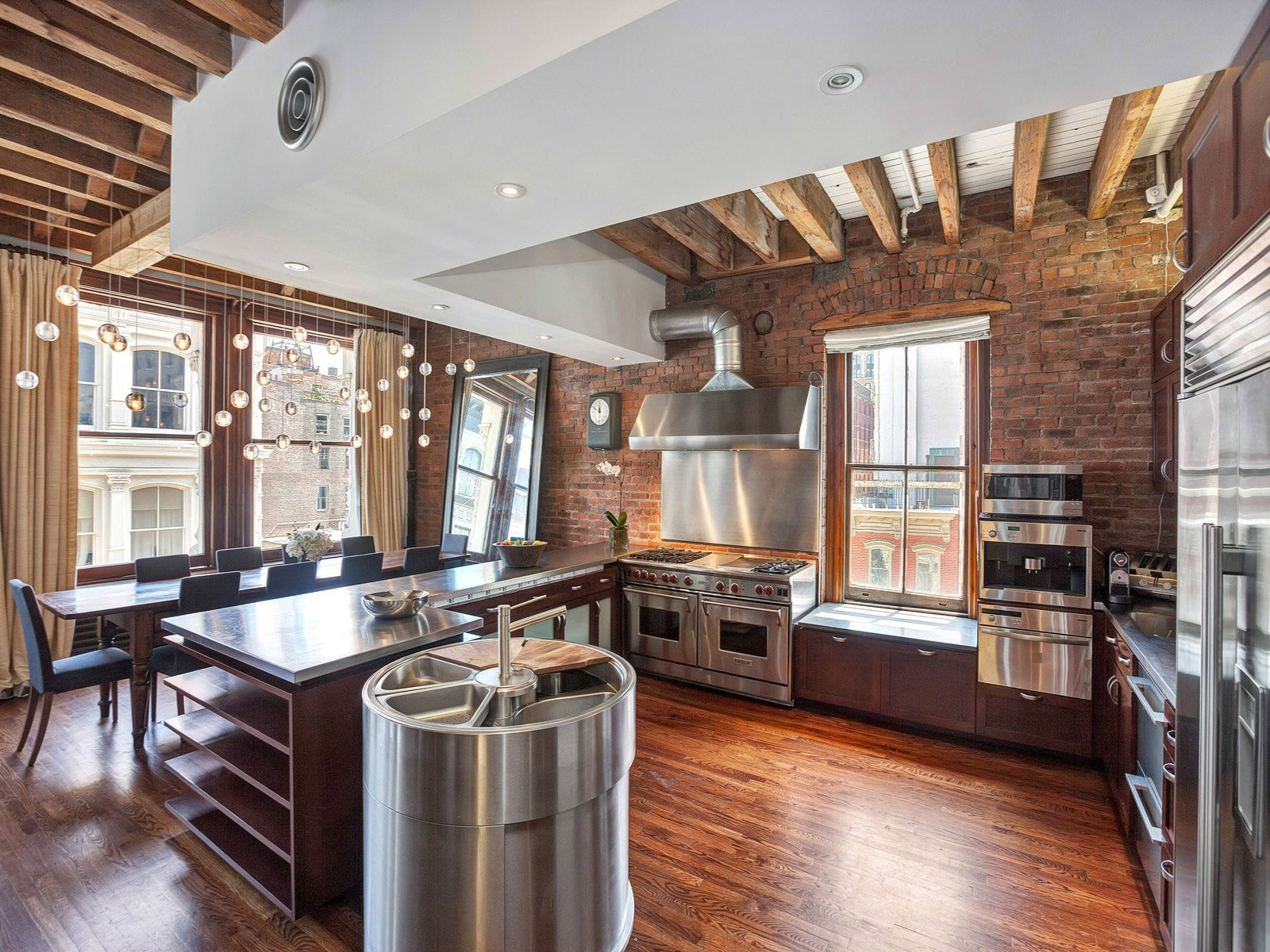 åbent plan-lejlighed-eksponerede-bjælker-jern-søjler-4-køkken