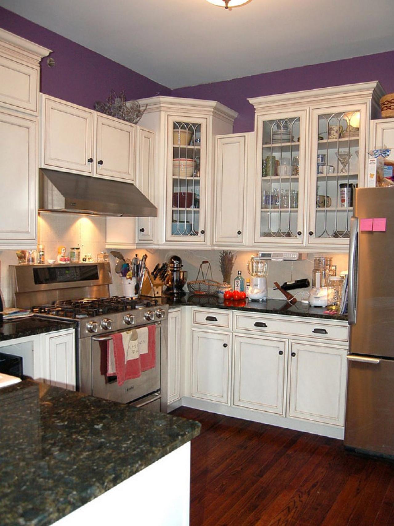 original_kitchen-hvide-kabinetter-lilla-walls_s3x4-jpg-rend-hgtvcom-1280-1707