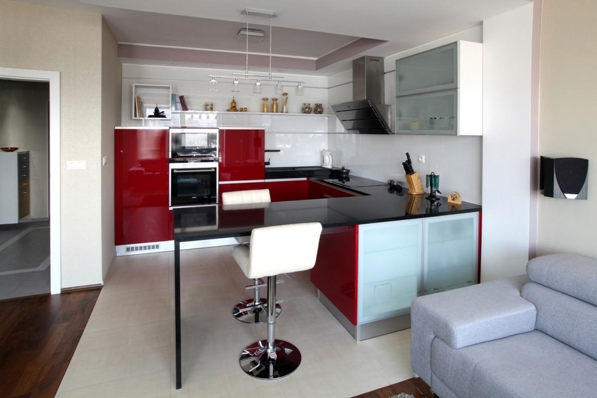 rød-accent-køkken-i-lejlighed-Neopolis