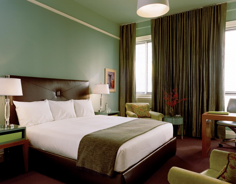 rustik læder-seng-blandet-med-hjem-kontor-indretning-og-grøn-accent-stole-til-finurlig-værelses-inspiration