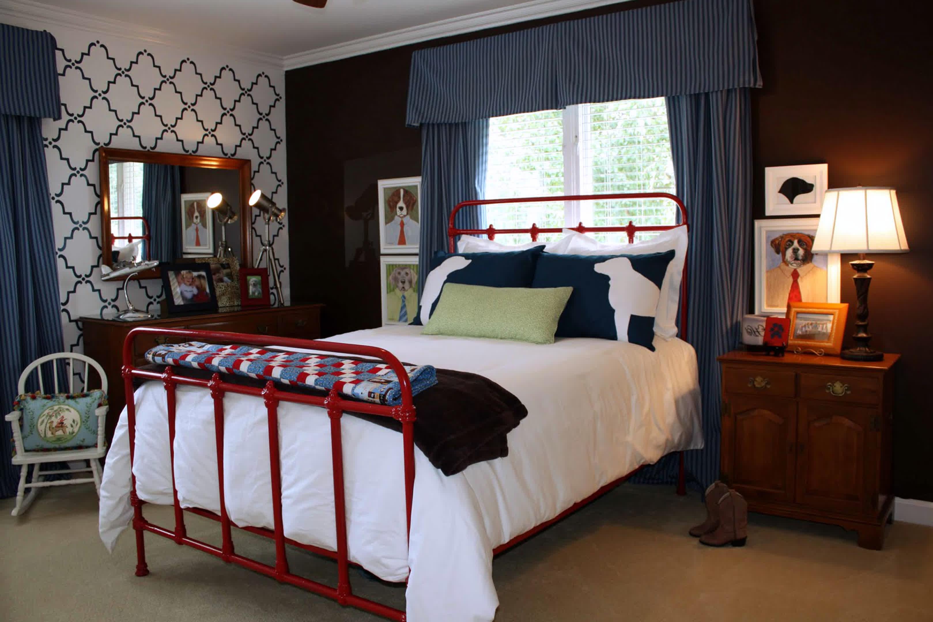 simple-boys-værelses-design-med-rød-poleret stål-seng-frame-og-cool-blå-striber-værelses-gardin-plus-brun-lakeret-eg-natbord-under-kogler-seng-lampe- også-smukke-espalier-mønstrede-tapet