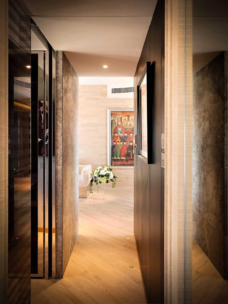 petit-appartement-couloir-design-chic-uplight-sur-parquet-fermé-belle-porte-fit-pour-couloir-conçoit-avec-des-fleurs-blanches-sur-mignon-jardinière-près-de-la-peinture-sur- mur
