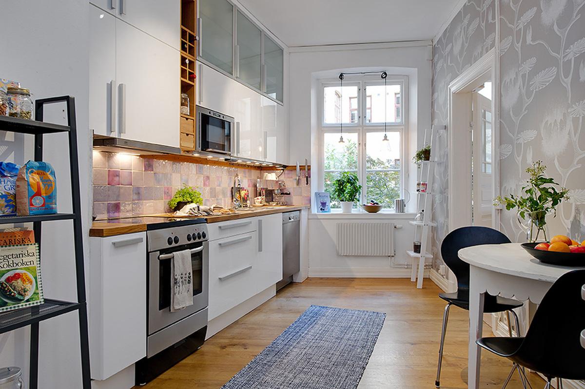 små-lejlighed-køkken-idéer-luksuriøse-små-lejlighed-køkken-idéer-med-hvid-interiør-og-kabinetter-kombineret-med-træ-gulve
