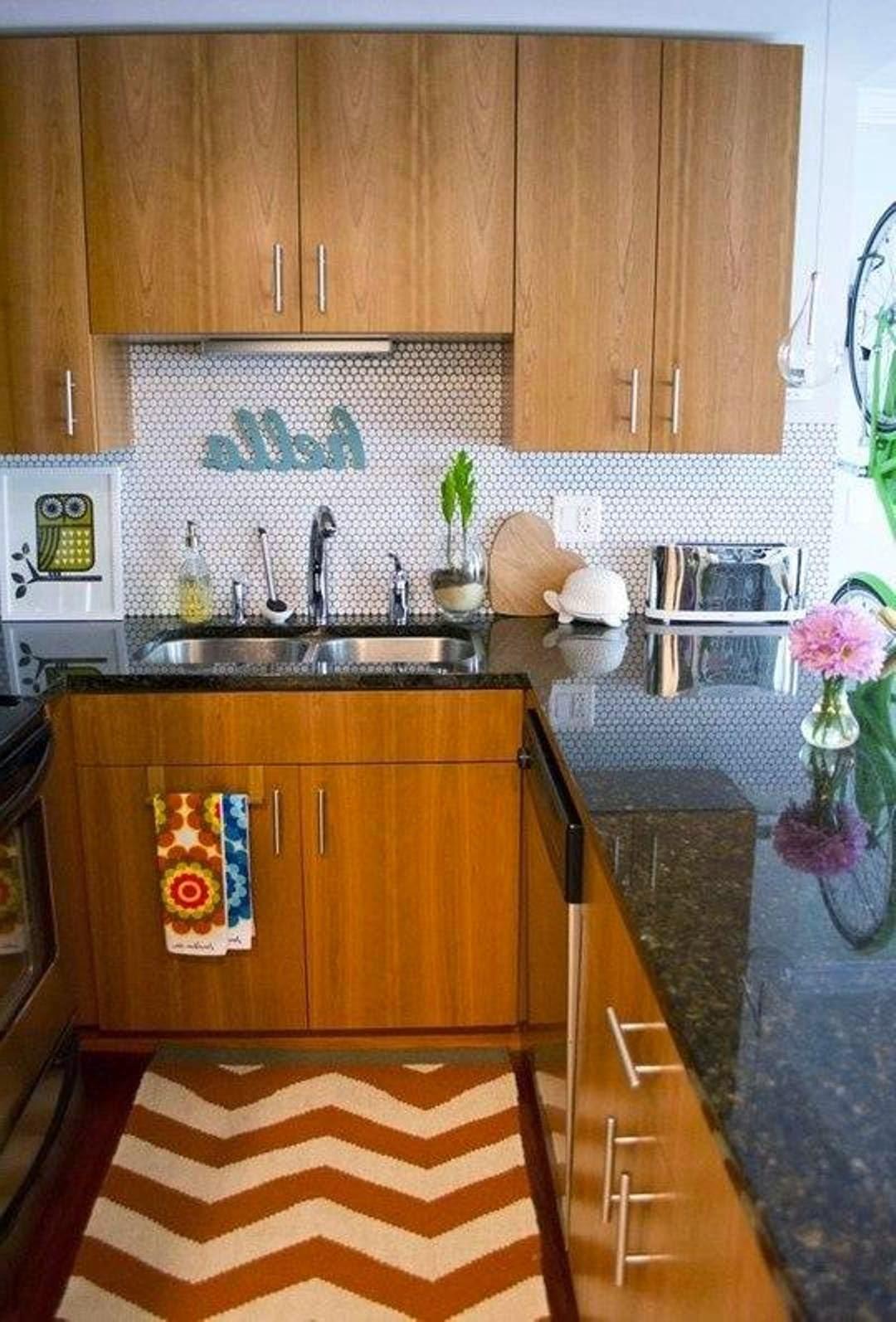 små-lejlighed-køkken-gaver-træ-kabinetter-med-brun-granit-bordplade-også-chevron-område-tæppe-center